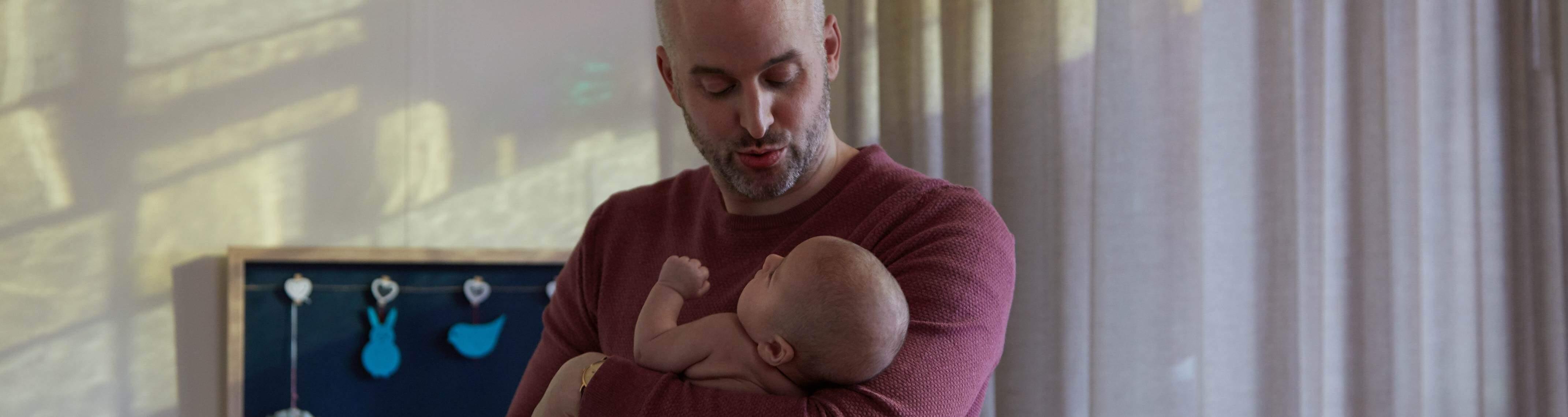 Papa haciendo dormir bebe
